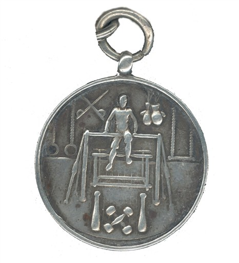 Photo:1908 medallion featuring gymnastic apparatus